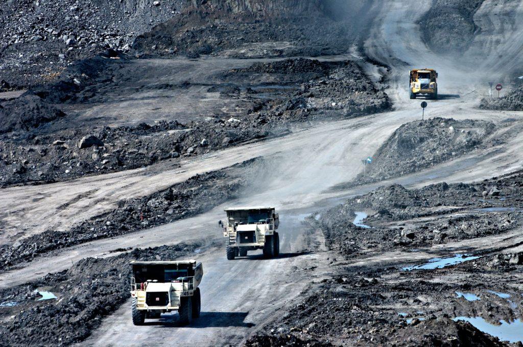 Camions-bennes à mines de charbon conduisant sur une route
